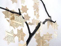 Die Stern-Girlande ist in Handarbeit aus recyltem Papier gefertigt. Die Blätter in Fraktur sind einem Buch aus den 1930er Jahren entnommen. Der vergilbte Ton des Papiers vollendet den Shabby...