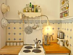 Wow! Ist das erste, was mir zu MiMaMeises Wohnung entwischt. Wow, was für eine Küche. Wow, was für eine tolle Birkenstammwand. Wow, was für Farben - und welch Liebe zum Detail.