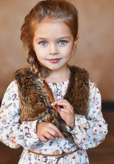 petit ange avec une tresse enfant fantastique, superbe coiffure avec tresse