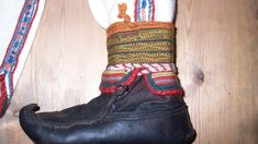 Sko til Skjoldehamndrakten.  - Jeg tror vi må vente litt med å konkludere om dette var en samisk drakt, norrøn, eller en blanding, sier arkeolog Lars Erik Namo.  Båndene er stripet i rødt, grønt og gult, og beltet med dusker, surringer og sølvkuler. Dette finner man igjen i samiske drakter i dag.   - Andre detaljer minner om norønne plagg, og plagg kjent fra europeisk middelalder. Drakta hadde skjorte med oppstående krave.
