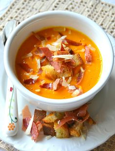 Cream of pumpkin soup rich with bacon - Vellutata di zucca ricca allo speck Cream Of Pumpkin Soup, Eating Light, Fat Burning Foods, Slow Food, Light Recipes, Pumpkin Recipes, I Love Food, Italian Recipes, Food And Drink