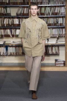 See the complete Dries Van Noten Spring 2018 Menswear collection.