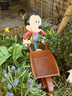 Disney collectie, garden (repaint wheelbarrow mickey april 2016, only the wheelbarrow)