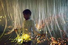 les morceaux de fibre optique s'illuminent lors du passage de l'usager