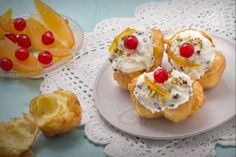 Gli sfinci di San Giuseppe sono delle gustose frittelle di origine palermitana, coperte di crema di ricotta e gocce di cioccolato, pistacchi e canditi