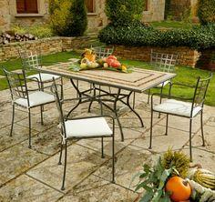 Todo un clásico: estructura de hierro, discretos cojines y tablero de mesa cerámico.