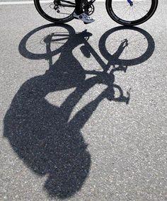 -Slag schaduw- de fietser heeft slag schaduw.