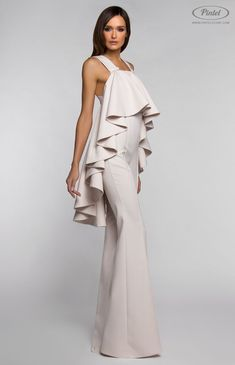Slim-fit sleeveless jumpsuit with wide bottom flounce. Open back with crossed straps and button closure in front. Without pockets. On the photo: model is wearing a size S and is 180 cm. Dress Dior, Vintage Jumpsuit, Fashion Show, Fashion Design, Fashion Trends, Mode Chic, Look Vintage, White Fashion, Jumpsuits For Women