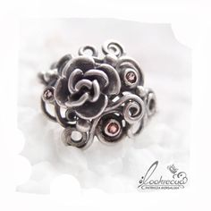 RÓŻANY... SREBRNY PIERŚCIONEK LOOKRECYA . PIERŚCIONKI Oryginalny i niepowtarzalny pierścień wykonany ze srebrnych ażurów, ozdobiony różą i maleńkimi turmalinami w różanym odcieniu.