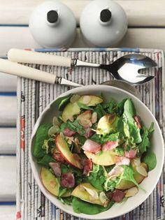 Σαλάτα με σπανάκι, ροδάκινα ή μάνγκο, τραγανό μπέικον, αμύγδαλα και λεμονάτη βινεγκρέτ - www.olivemagazine.gr Caprese Salad, Cobb Salad, Raw Food Recipes, Heart