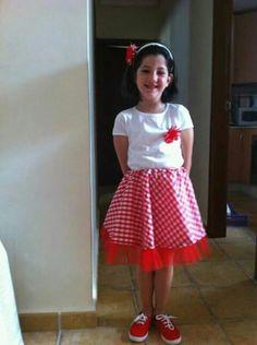 Lucia con 5 años, lista para la fiesta del colegio