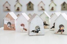 De 6 lieve vogelhuisjes zijn, elk met eigen verzameling van stofjes en uniek vogeltje, eenvoudig te maken. De huisjes zijn te gebruiken voor speciale gelegenheden zoals voor een feestelijke tafelschikking. Bij elk vogelhuisje hoort  een apart gevouwen kaartje waarop een persoonlijke boodschap en of naam geschreven kan worden.    In dit doe-het-zelf pakket zitten 6 vogelhuisvellen, 1 vel met 6 naamkaartjes en een duidelijke werkbeschrijving!