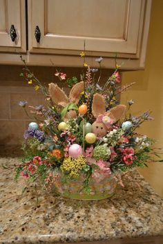Easter basket ideas, Metal Easter Basket With Burlap Bunnies, DIY Easter craft ideas, Easter party decorations Easter Projects, Easter Crafts, Easter Décor, Spring Crafts, Holiday Crafts, Diy Osterschmuck, Diy Easter Decorations, Table Decorations, Diy Ostern