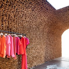 Unique Shop Interior Made of Thousands Brown Paper Bags – Owen Store Interior - The Great Inspiration for Your Building Design - Home, Building, Furniture and Interior Design Ideas Paper Bag Walls, Paper Bags, Visual Merchandising, Honeycomb Paper, Tadelakt, Retail Interior, Deco Design, Wall Design, Design Design