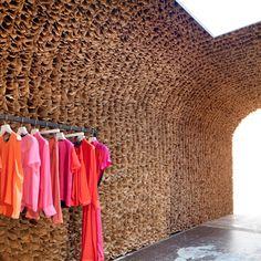 Veinticinco mil bolsas de papel marrón se alinean en la pared y el techo de Rick Owen, una nueva tienda de moda en Meatpacking District de Nueva York.