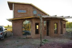 Berm at back 2 storey, sloping to front of house, south facing Earthship Design, Earthship Home, Eco Buildings, Wooden Buildings, Mud House, House Front, Earth Bag Homes, Recycled House, Casas Containers
