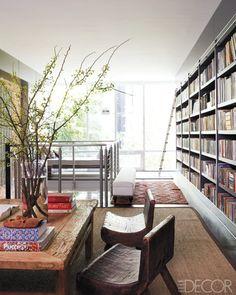 Lichtdurchfluteter Raum mit Bücherwand