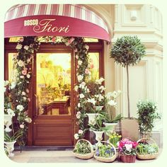 """ロシア、モスクワ。グム百貨店の花屋。A flower shop at GUM department store in Moscow, Russia."""