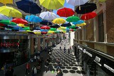 Na cestách: Proč v centru Brna visí barevné deštníky? - Žena.cz - magazín pro ženy