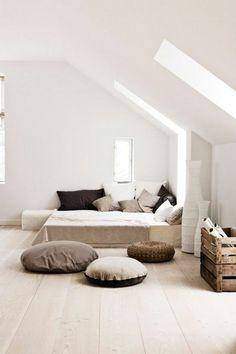 idee revetement de sol en parquet massif chene couleur clair, lit grande deux personnes, sol en parquet clair