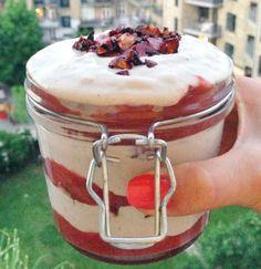 Cheesecake-is med rabarber og karamelliserede mandler