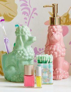 Im Doppel unschlagbar. Fröhliche Zahnbürstenhalter von Rice in Pudelform, besser kann der Tag wohl kaum beginnen... Die lustigen Pudelbecher sind aus Keramik und in zwei schönen Pastellfarben lieferbar. Passend für den Zahnbürstehalter gibt es noch einen Seifenspender, ebenfalls in rosa und mint. Der Zahnbürstenhalter kann einfach in der Spülmaschine gereinigt werden.