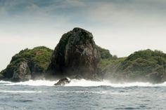 Rocky shoreline approaching Isla Parida, Panama #islaparida