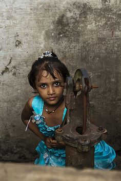 Little girl Pumping water - Varanasi, India We Are The World, People Of The World, Beautiful Children, Beautiful People, India For Kids, India Children, Nepal, Indian People, Portraits