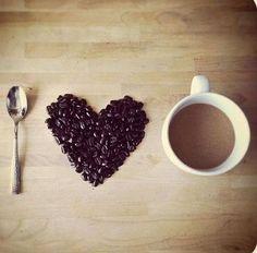 Los amantes del café creo que pueden muy bien saber qué significa amar de verdad a alguien. Cuando amas no deseas cambiar a esa persona, aprendes con paciencia a entenderlo y respetarlo para vivir a su lado sin reproches. Recuerda que a pesar de su naturaleza fuerte, oscura y amarga, siempre encontrarrmos formas para llenarlo de dulzura y hacerlo tan reconfortante. #BuenosDías #Venezuela #Cafe #coffee #morning #mmm #love #amor #sweet #follow #pzo #plc