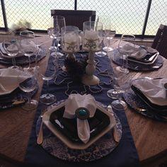 Essa mesa toda vai de presente para minha cunhada. Será que ela vai gostar? Sousplat, trilhos, guardanapos e porta guardanapos fabricação by Paula Possato.