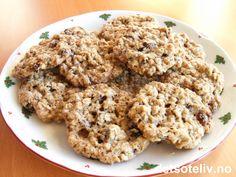 """""""Videsæterkaker"""" er svært smakfulle småkaker med havre, rosiner og krydder. Oppskriften gir 50 stk. Krispie Treats, Rice Krispies, Something Sweet, Nom Nom, Grains, Cookies, Food, Crack Crackers, Eten"""