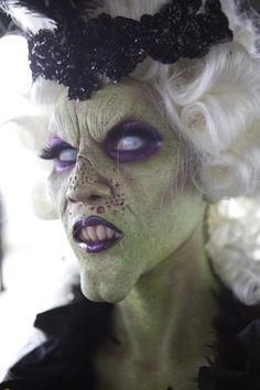 halloween-hexe-schminke-gruenes-gesicht-lila-lippenstift-augenschatten-weisse-augenlinsen