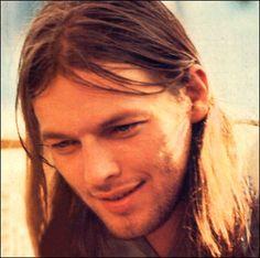 6)David Gilmour (Pink Floyd)   Sinónimo de balance en el mundo de la guitarra. Es sólido con sus líneas rítmicas, un maestro a la hora de crear texturas sonoras de otra dimensión y a la hora de tocar un solo, nos ofrece un sonido rico en armónicos, que simplemente nos hace temblar. Su música …