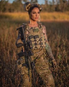 cool guns for womens Mädchen In Uniform, Fille Gangsta, N Girls, Army Girls, Poses References, Great Beards, Female Soldier, Army Soldier, Military Girl