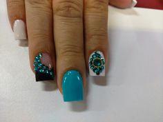 Nails turquesa y blanco