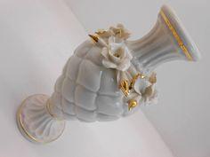 Le Bomboniere in porcellana Capodimonte sono un classico intramontabile nella tradizione italiana, il laboratorio realizza su commissione originali creazioni in porcellana per tutte cerimonie. Napkin Rings, Floral, Jewelry, Lab, Flowers, Jewlery, Jewerly, Schmuck, Jewels