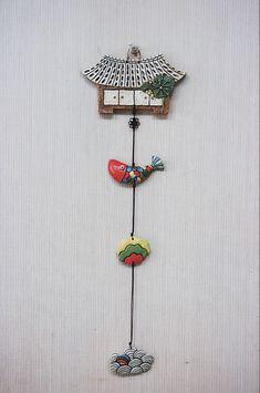 집벽걸이는 만들어 놓으면 휘리릭 빨리 빠져요~~^^ 도자기만 빠져나가고 대체 돈은 어디에 있는지를 모르겠... Ceramic Clay, Ceramic Pottery, Keramik Design, Gift Tags, Art For Kids, Polymer Clay, Projects To Try, Shabby Chic, Weaving