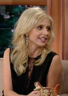 Actress Sarah Michelle Gellar made an elegant appearance on The Late Late Show with Craig Ferguson wearing H.Stern Moonlight earrings in 18K Noble Gold with rock crystal and diamonds.