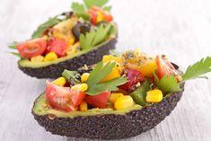 Her yerinden sağlık akan avokadonun içini çıkardık, kabuğuna salatası kondurup avokadolu salata yaptık.