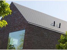 Heel mooi zadeldak + ingewerkte dakgoot Modern Brick House, Slate Stone, House Extensions, Concept Architecture, Going Home, Building Materials, Black House, Ramen, Sweet Home