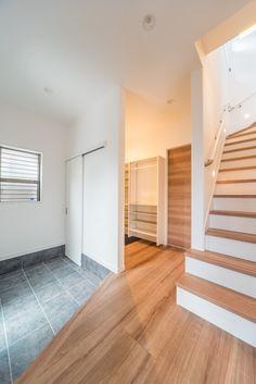 シューズクロークの扉は、敷居が不要の『アウトセットの引き戸(吊り下げ引き戸)』。リクシルのウッディーライン、クリエホワイトで決定