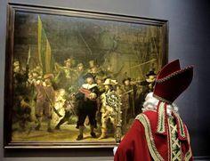 Tussen al zijn drukke werkzaamheden door, geniet Sinterklaas nog even van zijn verblijf in de hoofdstad. Gisteren bezocht hij het Rijksmuseum en stond hij stil voor de Nachtwacht. Daarna liet hij zich rondrijden op de bevroren vijver op het Museumplein.