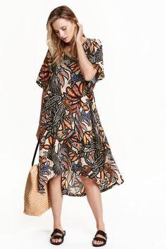 Gemustertes Viskosekleid: Wadenlanges Kleid aus Viskose mit Musterdruck. Modell mit V-Ausschnitt und kurzen, weiten Ärmeln.…