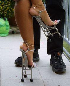 Yikes! I would break my neck in these....jeeez!!!! Not humouress, just really damn odd! Avec ça ça marche comme sur des roulettes A utiliser principalement lors d'un diner d'affaire ou de rencontre amoureuse