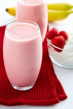 This strawberry banana yogurt smoothie recipe is perfect for breakfast. High in protein and low in fat, it's a power drink that tastes lik. Strawberry Banana Yogurt Smoothie, Smoothie Recipes With Yogurt, Banana Fruit, Yogurt Smoothies, Protein Shake Recipes, Apple Smoothies, Yogurt Recipes, Breakfast Smoothies, Healthy Smoothies