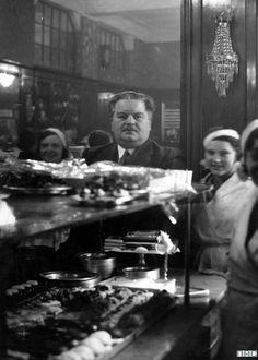 Karol Albrecht we wnętrzu kawiarni Ziemiańskiej przy Mazowieckiej Historical Images, Warsaw, Art And Architecture, Poland, The Past, Pictures, Life, Facebook, Vintage