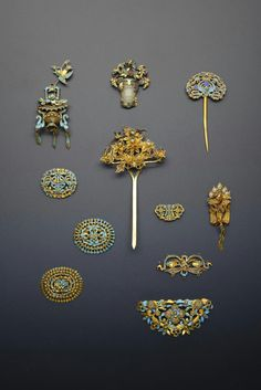 A COLLECTION OF CHINESE JADE AND AGATE HAIR ORNAMENTS