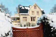 """Välkommen till """"Villa Wow"""" i Djursholm! Ett engelskt inspirerat sekelskifteshus från 1912, som ju är så fint så att klockorna stannar (nästan)"""