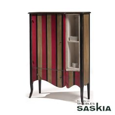 Aparador realizado en madera maciza de tilo y cerezo silvestre. Acabado multiraya. Precioso diseño que combina la elegancia y la sofisticación del clásico actualizado más contemporáneo de gran funcionalidad.