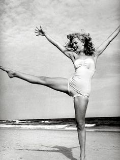 Monroe frolicking on the beach #Hollywood #EstaRomi
